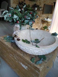 Ardilla en lavabo de piedra