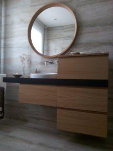 Mueble de baño de roble.