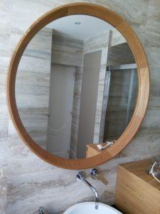 Espejo redondo con marco de madera.